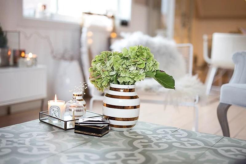 krist.in interiør hjemme home kähler vase gull hortensia pynt marokkanske fliser diptyque lys gullramme bryllupsbilde