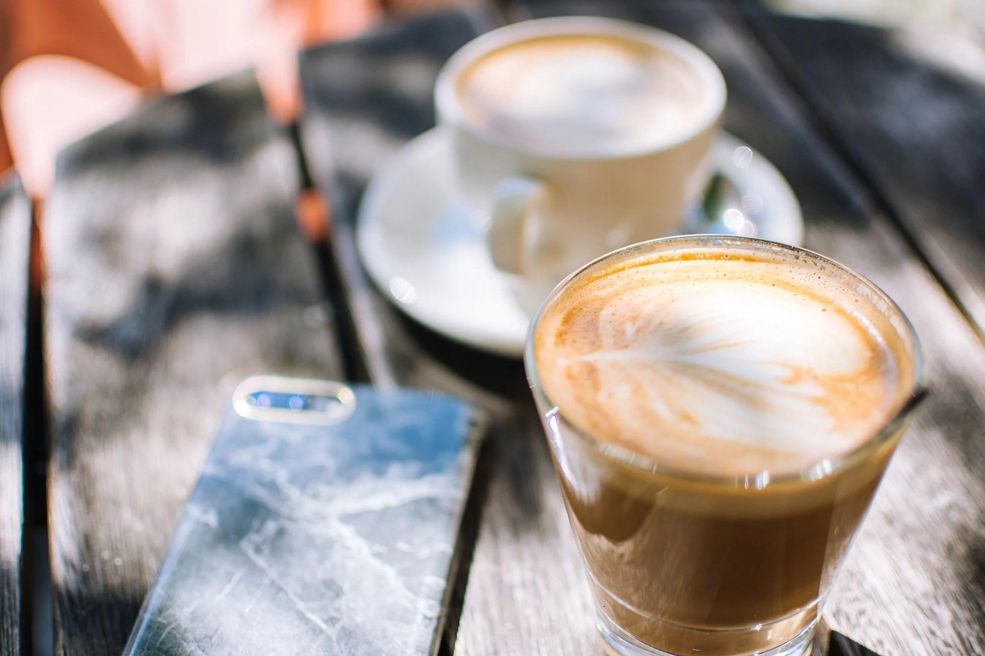 En latte i solen