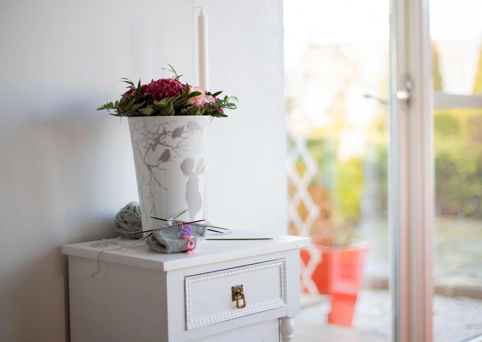 Babystrikk, rosa blomster og vår følelse