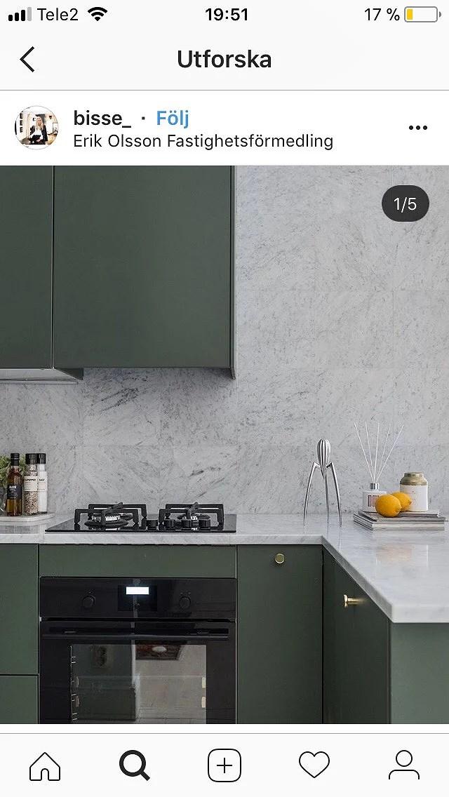 Grönt kök med marmor detaljer