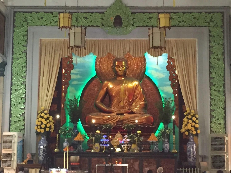 Buddah troner smukt ud over de troende, mens præsten prædiker...og jeg INTET forstod.