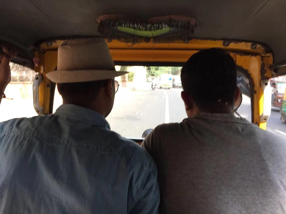 """vores chauffør og hans """"bror"""" klemt inde i tuc tuc'en"""