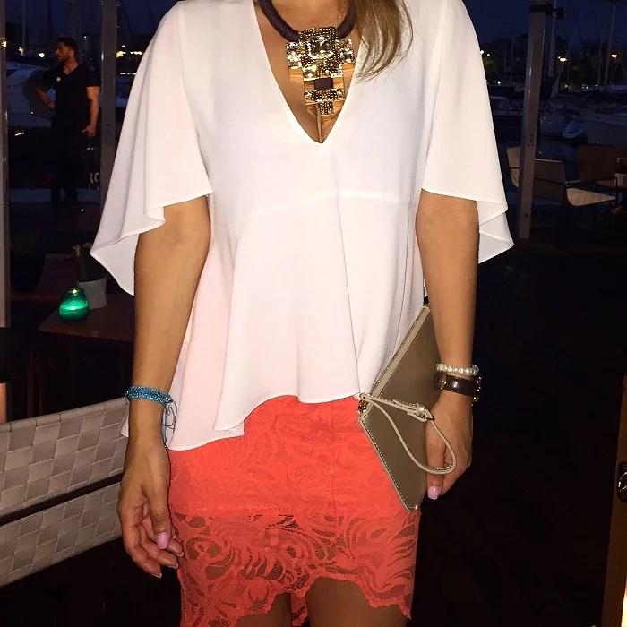Combinando un top blanco de Zara con una falda tubo de encaje en tono naranja fluor. Destacando el maxi collar de h&m y bolso de Mango