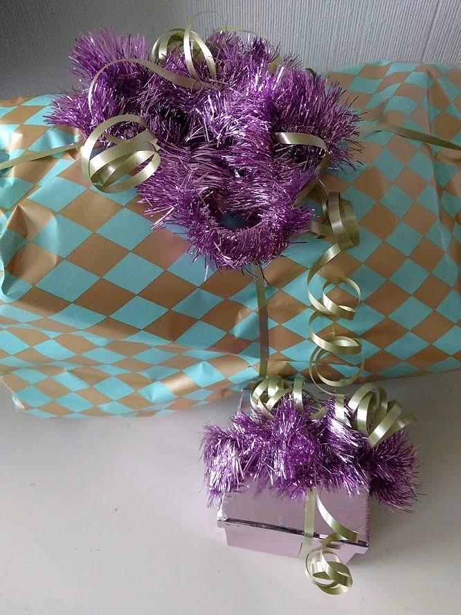Presenter med lila julgransglitter som snöre.