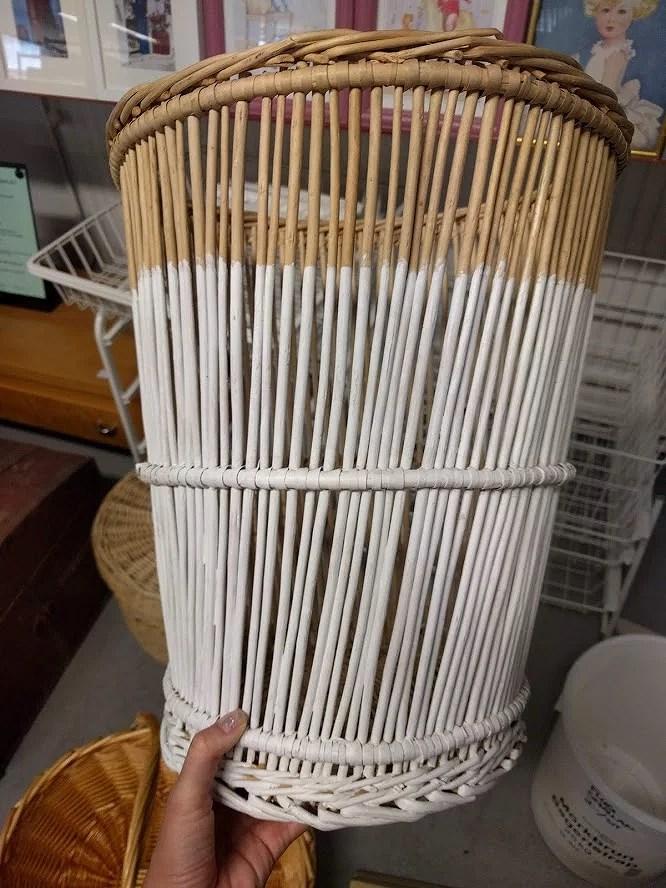Loppisfynd 1 kr och tips på snygga roliga köp loppis Emmaus och Ta till vara Borlänge papperskorg korg bambu halvt målad vit.