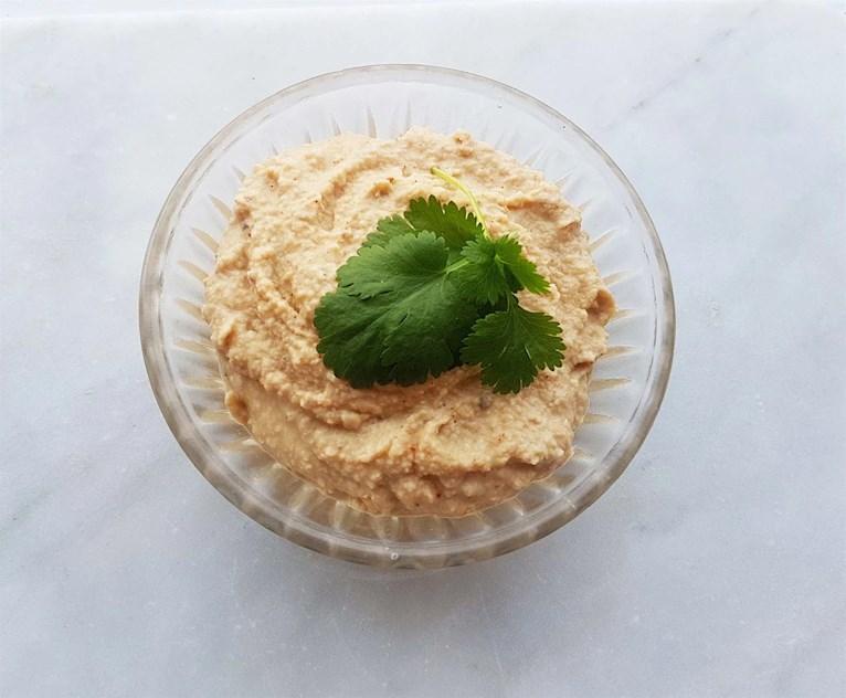 Recept på hummus som är nyttigt, mättande och veganskt.