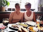 Mor och dotter. Emelie Back och Alice Back på tapasrestaurangen Ramblas i Hornstull, Stockholm.