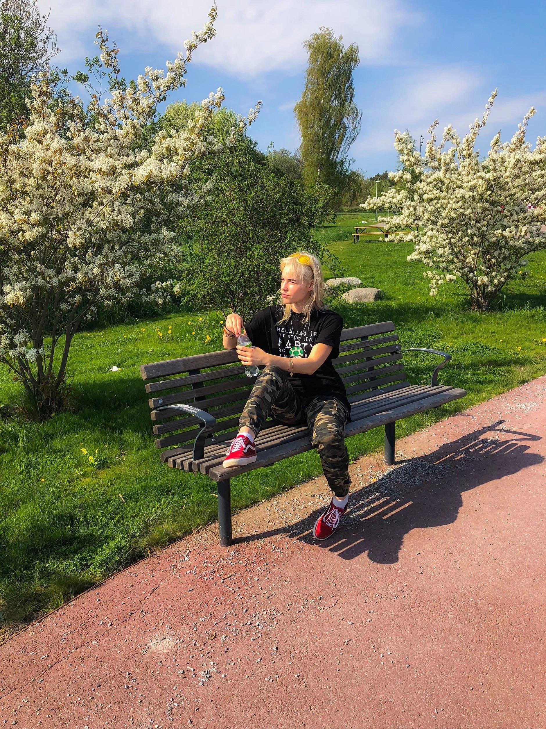 Sitter på en bänk