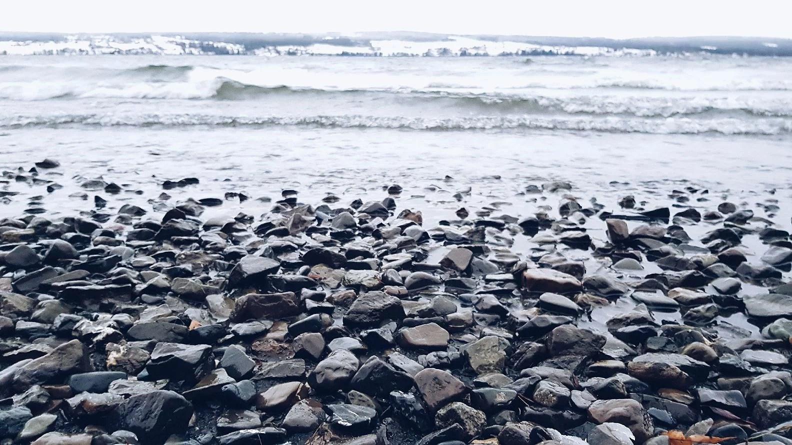 Strandpromenad i kylan