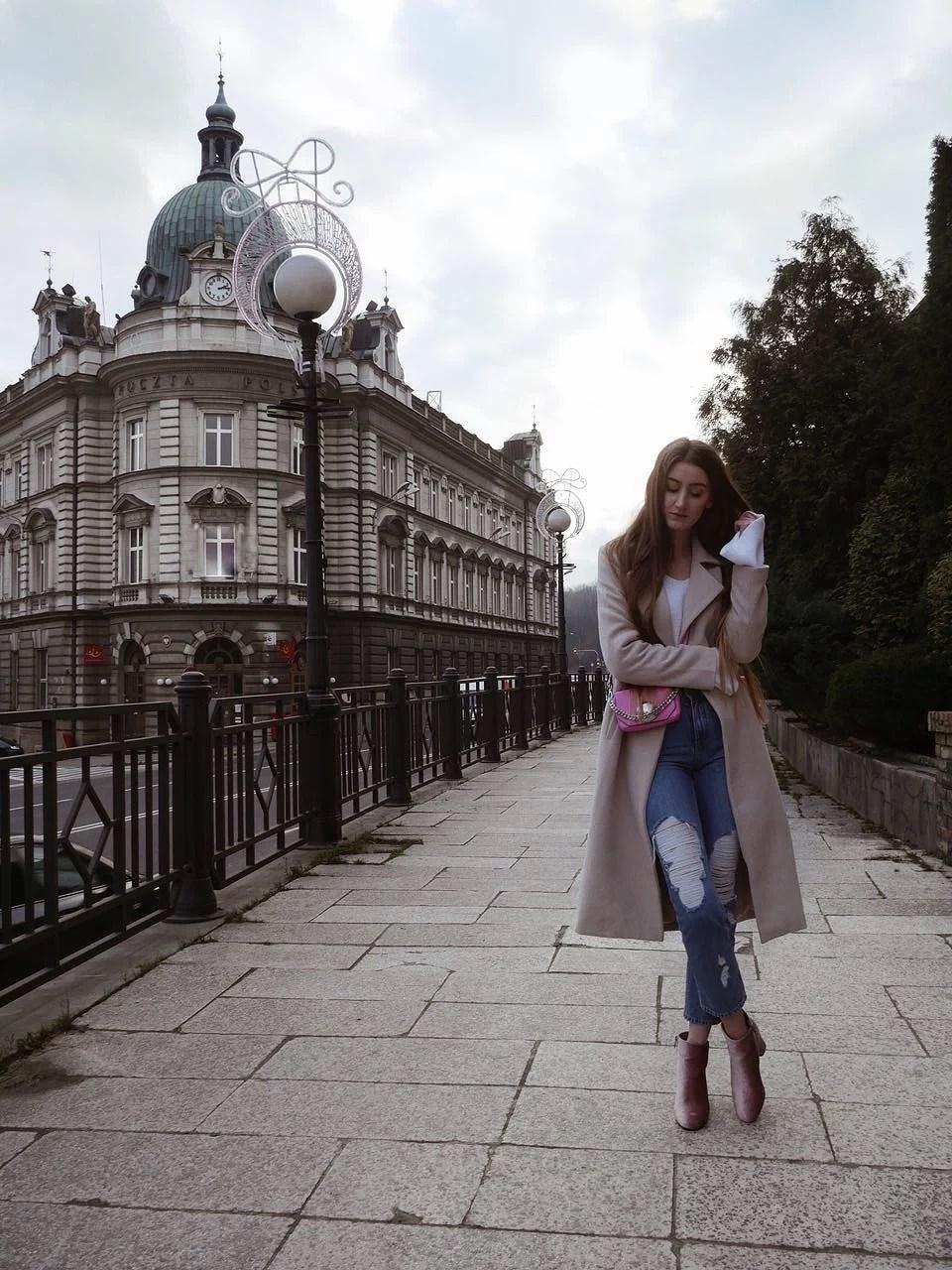Długi beżowy płaszcz Missguided, jeansy Na-kd i różowe botki