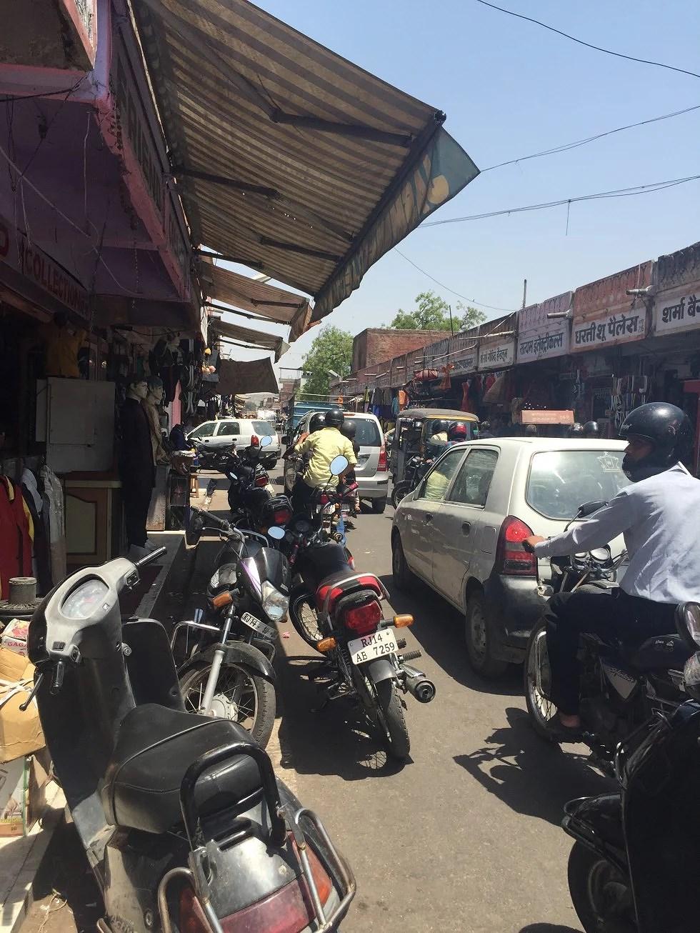 En travl markedsgade.