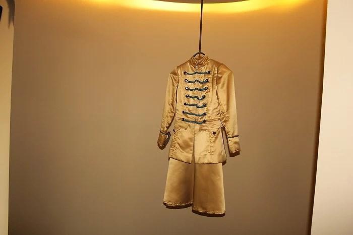 Trajes colgantes en los pasillos del Hotel Teatro